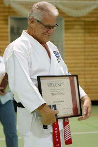 Dieter Meyer, 8. Dan Ju-Jutsu wurde mit der Ehrennadel in Gold des DJJV geehrt.
